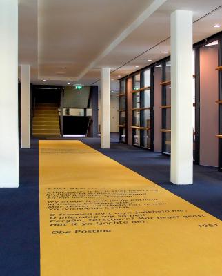 Hal met gedicht in tapijt in Tresoar (foto: Jan Kalma)